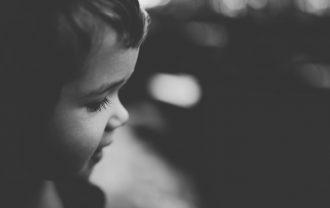 白黒写真の子供
