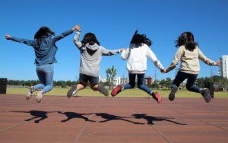子供たちのジャンプ遊び