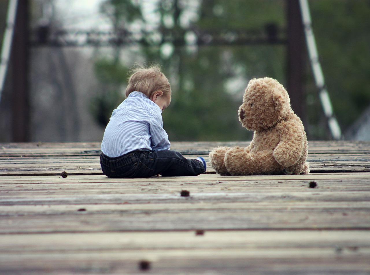 ぬいぐるみと一人で遊ぶ子供